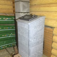 Банная печь в облицовке с большим дымоходом