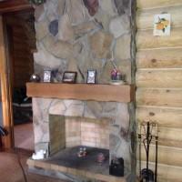 Открытый камин, совмещенный с банной печью и облицованный диким камнем