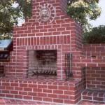Уличный камин с газовым грилем и поленницей
